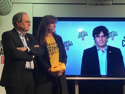 Puigdemont participando por videoconferencia en un acto.