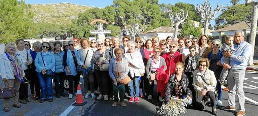 Miembros de la Asociación de Vecinos de Sant Jaume, de Palma, durante la visita a la Base Militar de Pollença.