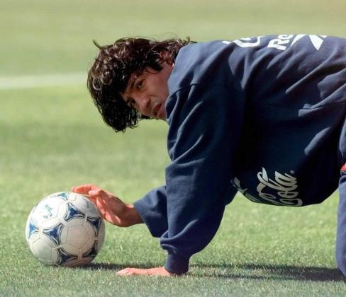 Ivan Zamorano, jugador de la Selección chilena de fútbol durante un entrenamiento en 1998.