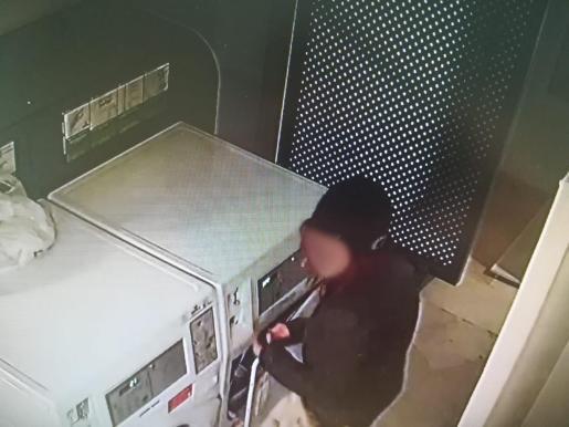 La cámara captó a uno de los detenidos en plena acción.