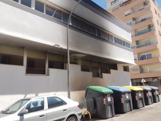 Una de las fachadas del colegio Pius XII se ha visto afectada por las llamas.