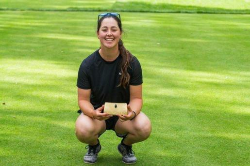 La golfista mallorquina Nuria Iturrioz, con su trofeo en Marruecos.