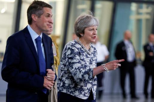 Theresa May junto a Gavin Williamson.