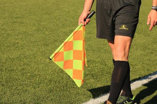 Deportes sanciones a un espectador por insultar y amenazar a un árbitro en un partido en Mallorca.