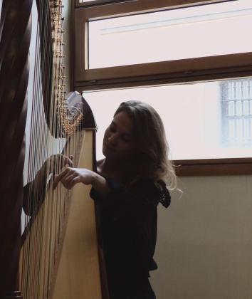 Imagen de Maria Assumpció tocando el arpa.