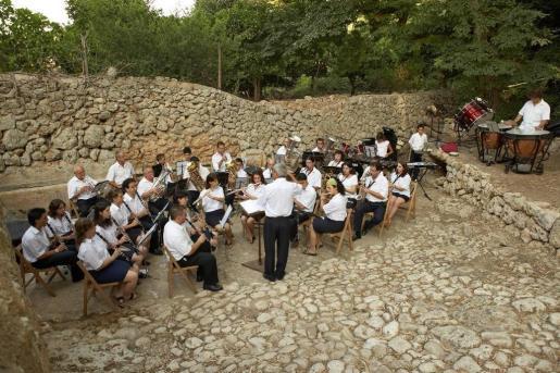 Imagen de la Banda de Música d'Algaida durante un concierto.