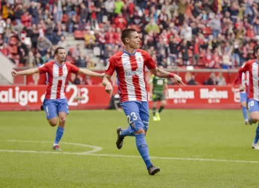 Uros Djurdjevic, delantero del Sporting de Gijón, celebra un gol de su equipo.