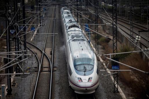 Un tren AVE mientras sale de Barcelona.