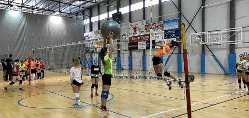 Entrenamiento de voleibol en un campus organizado por el Centre de Tecnificació Esportiva.