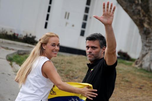 Leopoldo López comparece ante los medios en la residencia del embajador español