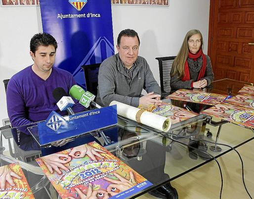 Pastor, el alcalde Rafel Torres, y la ganadora del cartel, Lorena Serrano.