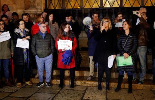 La APIB ha pedido «garantías firmes para el respeto al derecho constitucional del secreto profesional, atacado en Baleares con la confiscación judicial de teléfonos móviles de periodistas». Imagen de la concentración celebrada contra las actuaciones policiales y judiciales.