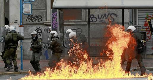 Disturbios en Atenas durante la primera jornada de huelga convocada por los trabajadores contra los recortes salariales y las medidas de ajuste.