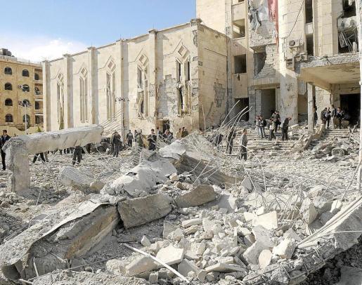 El centro de Alepo sufrió ayer un doble atentado contra las sedes de la policía e inteligencia.