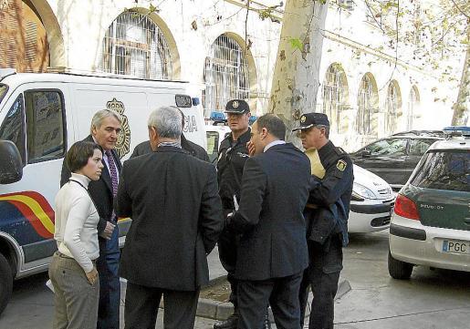 El juez decano y altos mandos policiales en los juzgados de vía Alemania.
