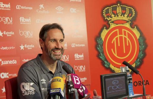 El entrenador del Real Mallorca, Vicente Moreno, en la sala de prensa del estadio de Son Moix.