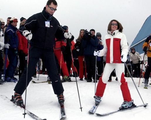 Imagen de archivo del príncipe Felipe y la princesa Letizia, esquiando en Baqueira en 2004.