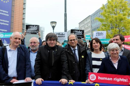 El expresidente de la Generalitat Carles Puigdemont (i) y el actual presidente, Quim Torra, posan, junto a exconsellers y simpatizantes independentistas, frente al edificio de la Comisión Europea en Bruselas.
