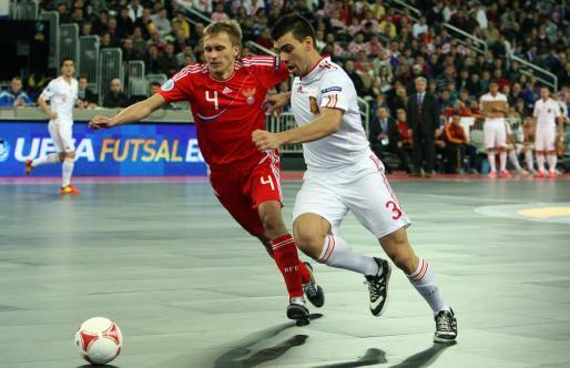 El jugador español Sergio Lozano (d) disputa el balón con el ruso Dmitri Prudnikov (i).