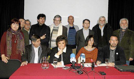 La letrada Cristina Almeida (2i, sentada), entre otros, durante una rueda de prensa de la plataforma «Solidarios con Garzón».