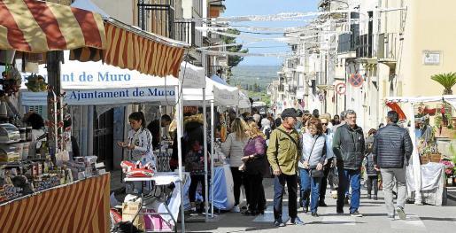 Este domingo Muro se llena de puestos y gente con motivo de la Fira de Sant Francesc.