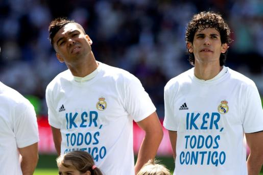 Los jugadores del Real Madrid, el brasileño Carlos Casemiro (i) y Jesús Vallejo (d), con la camiseta de apoyo al exguardameta madridista Iker Casillas, momentos antes de disputar el partido de LaLiga ante el Villarreal.