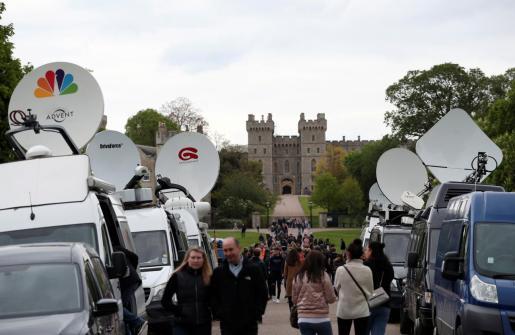 Medios de comunicación y curiosos en las afueras del castillo de Windsor.