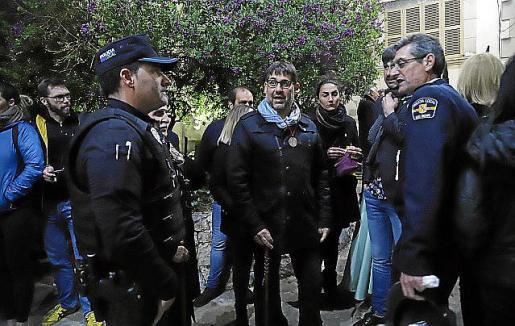 El alcalde, Miquel Gelabert, con policías en Semana Santa.