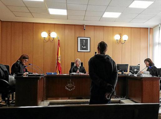 El acusado, este lunes, escucha la fecha de la vista judicial.