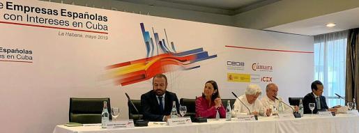 Gabriel Escarrer Jaume, la ministra Reyes Maroto, Miguel Fluxá y Simón Barceló, este lunes, en la reunión que tuvo lugar en el hotel Meliá Habana.