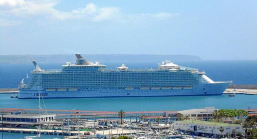 El 'Oasis of the Seas' en el puerto de Palma.