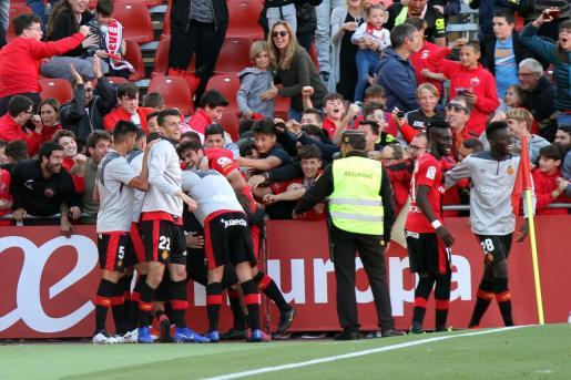 Los jugadores el Real Mallorca celebran el gol de Álex López ante el Sporting de Gijón.