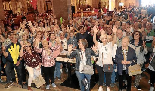 Gran parte de los cien visitantes de esta primera semana aplauden en el interior de la Seu.