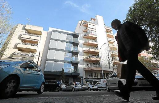 Con la fachada gris, el bloque de viviendas de la calle Emili Darder fue desocupado este lunes, previo pago del promotor, que no ha denunciado los hechos a la policía.