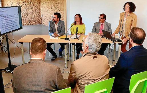 Antoni Noguera, Francina Armengol, Llorenç Huguet y Margalida Mulet, antropóloga y autora del proyecto, presentaron este martes la iniciativa en el casal de barrio de Can Garriga, en la localidad de Son Sardina.
