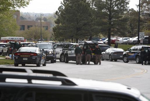 Los servicios de emergencias, en el lugar donde se ha producido el tiroteo.