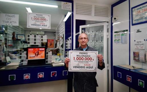 Lusi Aloy, junto al cartel del premio.