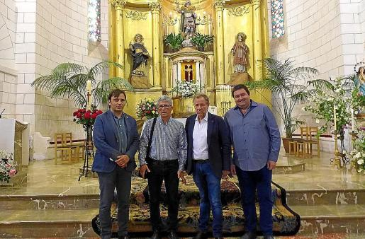 Francesc Miralles, Onofre Prohens, Mateu Puigròs y Pep Jaume, ante el retablo.