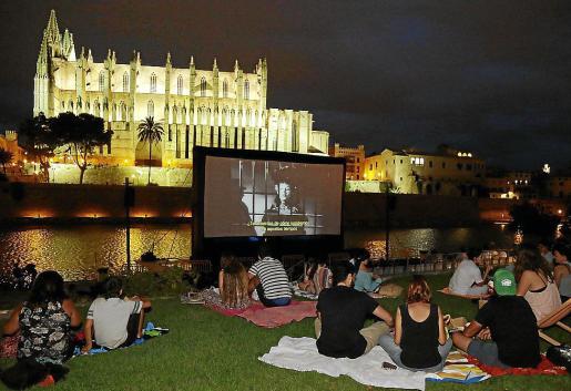 Imagen de una de las proyecciones de cine en el Parc de la Mar.
