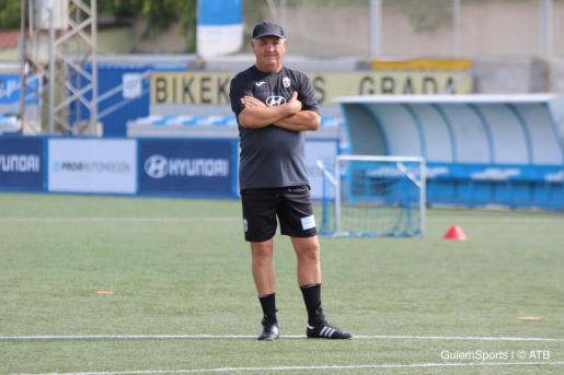 El entrenador del Atlético Baleares, Manix Mandiola, observa a sus jugadores en un entrenamiento en Son Malferit.