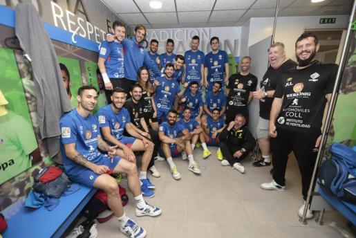La plantilla y el cuerpo técnico del Palma Futsal posa en el vestuario de Son Moix.