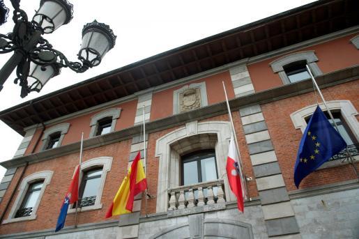 El Ayuntamiento de Solares, localidad natal del exvicepresidente del Gobierno socialista Alfredo Pérez Rubalcaba, con las banderas a media asta.