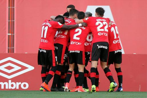 Los jugadores del Real Mallorca celebran un gol en Son Moix.
