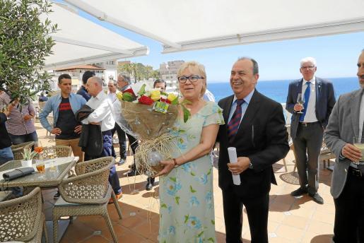 Antonio Suárez, junto a su mujer, a la que regalaron flores.