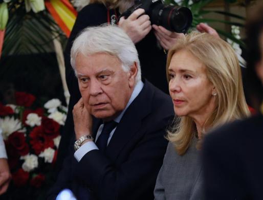El velatorio de Rubalcaba ha hecho coincidir a Felipe González con el que fuera su vicepresidente Alfonso Guerra tras décadas distanciados.