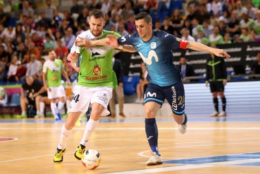 El jugador del Palma Futsal, Felipe Paradynski, autor de un doblete, intenta marcharse del capitán del Movistar Inter, Ortiz, en un momento del partido disputado en Son Moix.