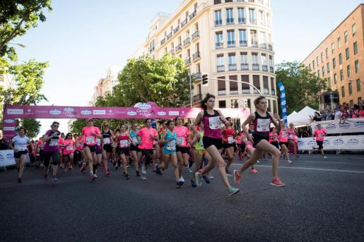 Una marea de 36.000 mujeres ha teñido este domingo de rosa las calles del centro de Madrid en la decimosexta edición de la Carrera de la Mujer.