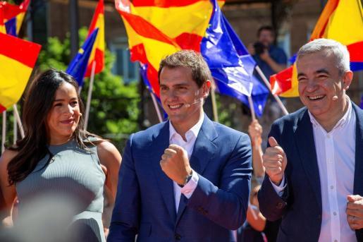 El presidente de Ciudadanos, Albert Rivera (c), interviene junto a los candidatos al Parlamento Europeo, Luis Garicano (d); y a la alcaldía de la capital, Begoña Villacís.