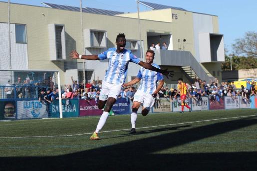 Nuha Marong, delantero del Atlético Baleares, celebra uno de sus goles, este domingo en Son Malferit.