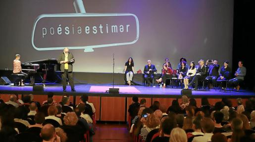 Un momento de la 'Festa de la Poesia', celebrada en la Sala Gran del Teatre Principal de Palma.